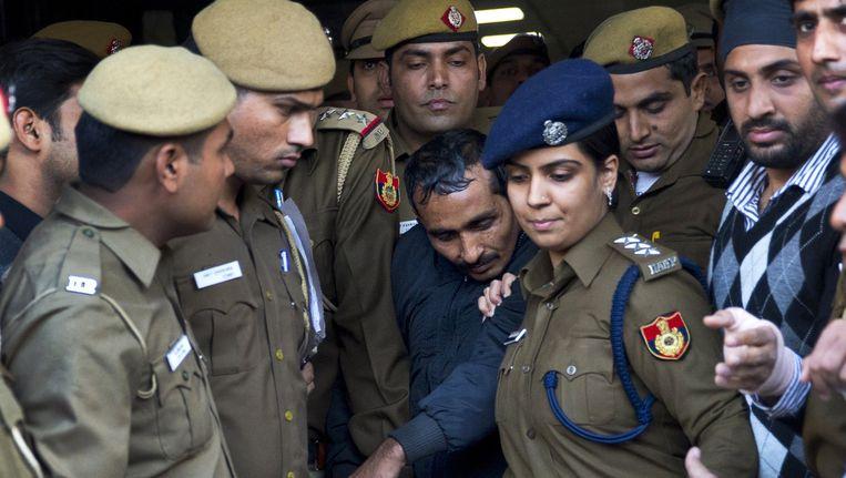 Politie escorteert de Uber-chauffeur naar de rechtbank. Beeld ap