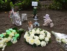 Gedicht, bloemen en knuffels bij uitvaart gevonden baby
