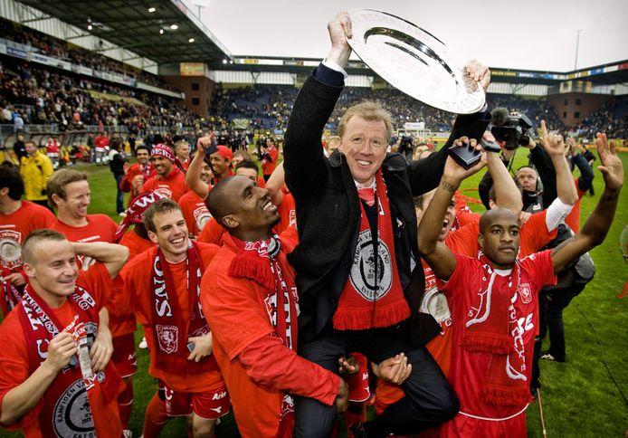 Steve McClaren op de schouders na de titel van FC Twente in 2010.