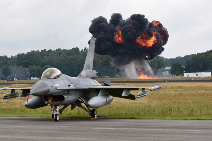 Een F16 tijdens de Air Power Demo