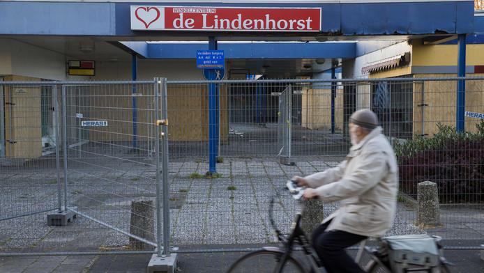 Er is extra politie onder weg naar de onrustige Edese wijk Veldhuizen. Politie wordt belaagd, auto's worden in brand gestoken en er vinden vernielingen plaats in de wijk.