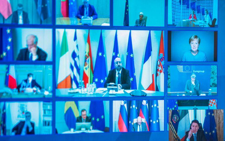 Een foto van de uitzending van de persconferentie van Palazzo Chigi. In beeld zijn de Italiaanse premier Giuseppe Conte, voorzitter van de Europese Raad Charles Michel en Bondskanselier Angela Merkel.  Beeld AFP
