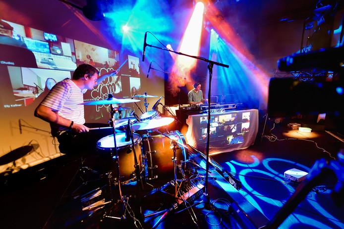 Het dj-duo Verdampt, Matthijs van Dam op drums en dj Yannick Verrest, geeft via livestream een optreden in Gebouw T.