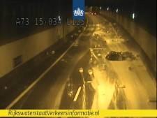 Wegdek Roertunnel weer schoon na afgevallen lading vloeibaar stuc: A73 richting Maastricht weer open
