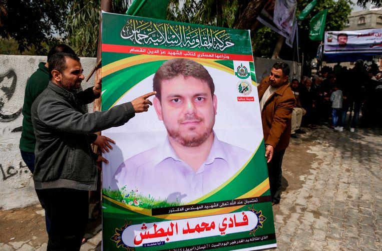 Mannen in Gaza met een poster van de 35-jarige Fadi Mohammad al-Batsh, de Palestijnse professor en Hamaslid werd zaterdag vermoord in Maleisië.
