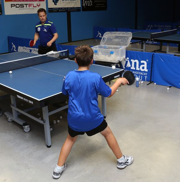 Pieter Geerts geeft training aan een jeugdspeler.