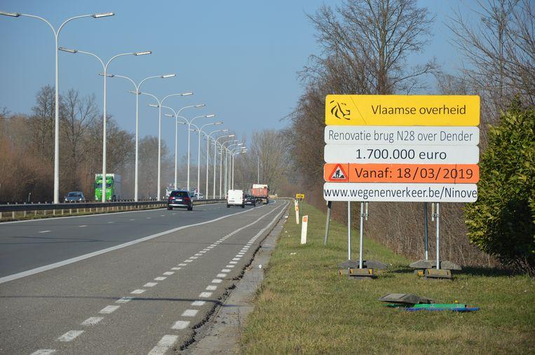 De aankondiging van de werken aan de Denderbrug aan de Koning Boudewijnlaan (N28) in Ninove.