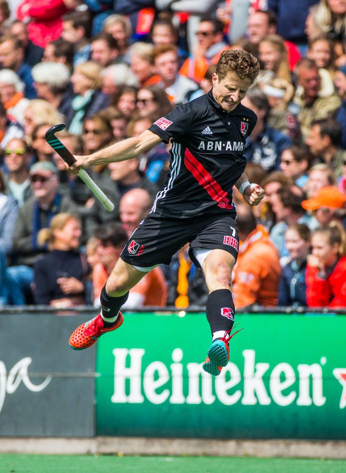 Jan Willem Buissant brengt de stand bij Bloemendaal - Amsterdam op 0-2.