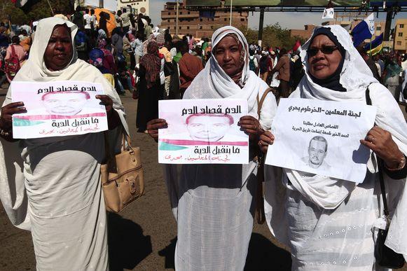 Mensen verzamelden voor de Soedanese rechtbank die vandaag 27 leden van de inlichtingendiensten ter dood veroordeeld heeft voor de dood van een betoger in december 2018.