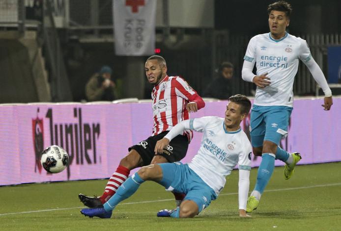 Gregor Breinburg (links) passt in het shirt van Sparta net op tijd in het duel met Jong PSV.