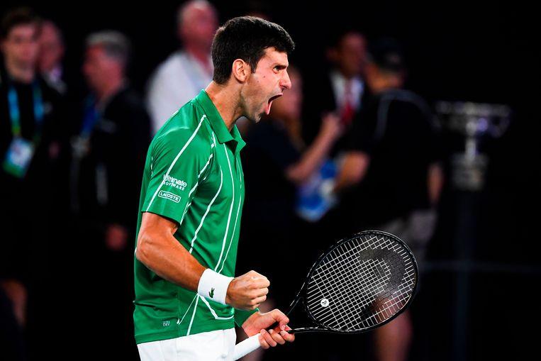Novak Djokovic viert zijn winst van de Oostenrijkse Sominic Thiem in de finale van de Australian Open.  Beeld AFP