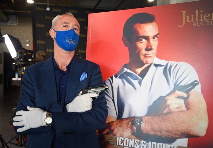 Martin Nolan, directeur van het veilinghuis Julien's Auctions, met het Walther PP handpistool dat door Sean Connery werd gebruikt in de eerste James Bond-film Dr. No.