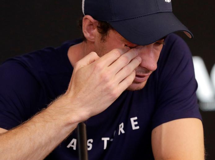 Andy Murray veegt de tranen uit zijn ogen als hij vertelt dat de Australian Open misschien wel zijn laatste toernooi is vanwege een slepende heupblessure.