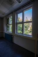 Een doorkijkje vanaf één van de klaslokalen in de voormalige Meisjesvakschool. Door het raam is de Walburgiskerk in Zutphen te zien.