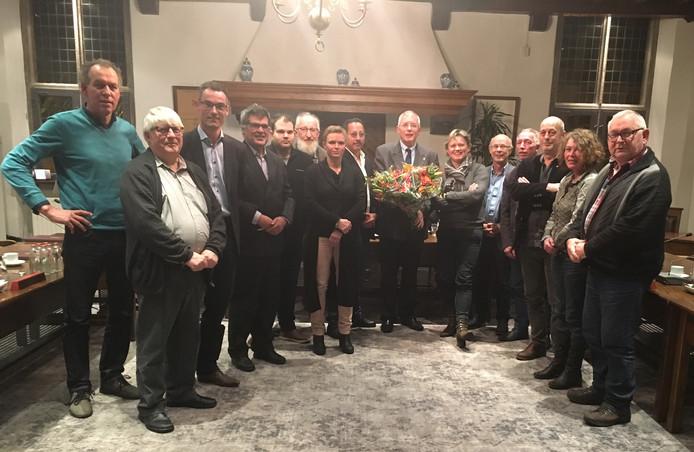 De gemeenteraad van Gennep feliciteert burgemeester Peter de Koning met zijn herbenoeming eind 2017.