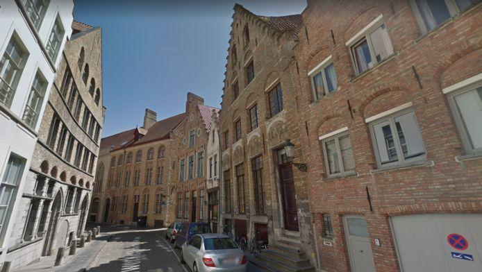De woning in de Grauwwerkersstraat in Brugge, rechts van het grijs voertuig, waar de overleden bewoner woensdag werd aangetroffen.
