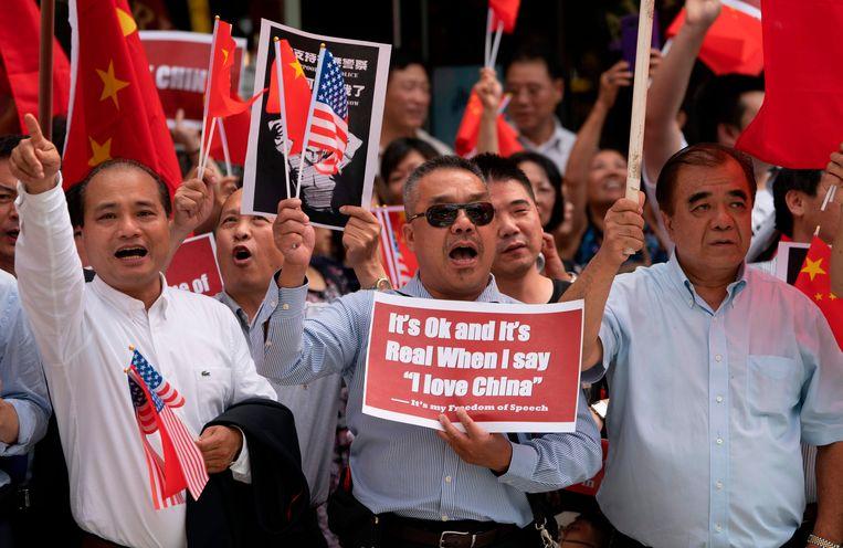 Pro-Chinese groeperingen protesteren tegen de massademonstraties in Hongkong. Beeld AFP