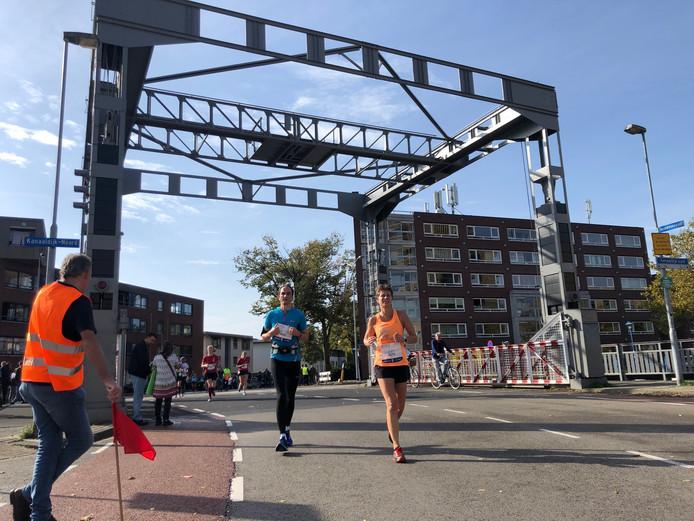 Lopers van de hele Marathon Eindhoven op de Tongelresestraat.