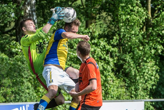 Gido Lenkens (links) in actie voor Excellent tegen Berghem Sport.