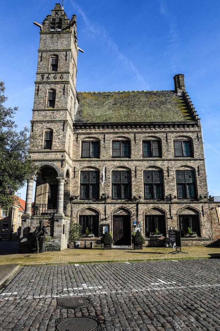 Horecazaak Stadhuis is een monumentale blikvanger op de markt.