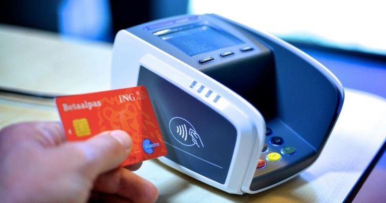 Maart 2015: ING begint met uitgifte van NFC-betaalpassen, waarmee klanten contactloos kunnen betalen. Beeld anp