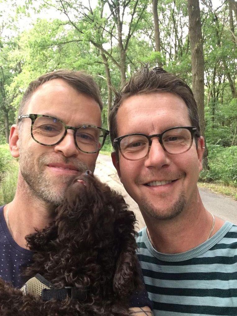 Tonnie van Doorn (43, rechts), zijn vriend Martin (44) en hond Kasper gaan twee weken kamperen. Beeld Tonnie van Doorn