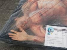 Activisten laten zich verpakken in vleesschaal op het Achterom