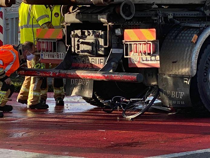 Dodehoekongeval Brugge: de fiets verdween onder de vrachtwagen