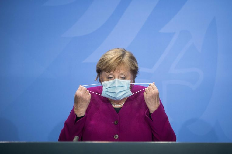 Angela Merkel vlak voordat ze het woord neemt tijdens een persconferentie over het coronavirus. Beeld AFP