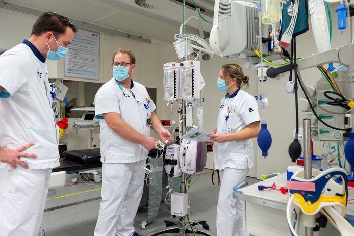 Remco van Rijnsbergen kijkt toe terwijl Jos Cremers en Vivian Hoevenaar bezig zijn.