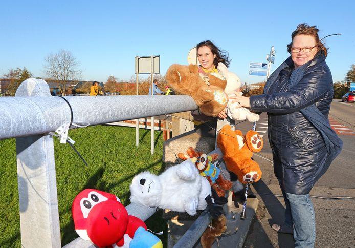 Anne van Rietschoten (links) en Maria Budding hebben knuffels opgehangen aan de Lingebrug in Leerdam.