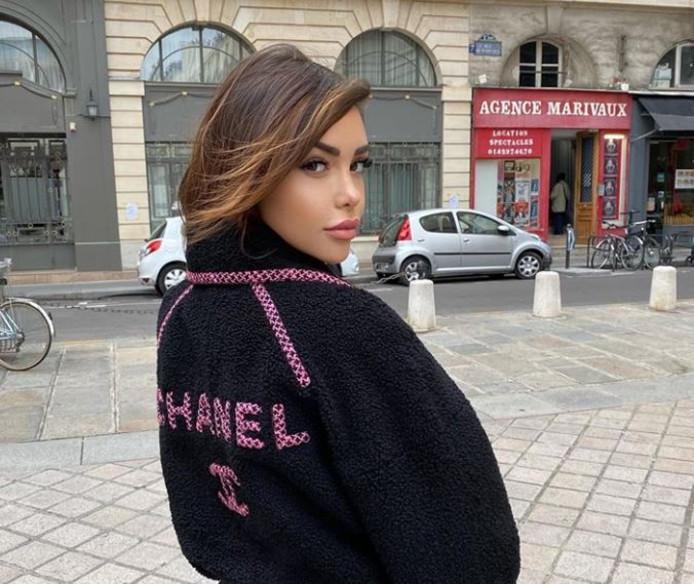 Nabilla s'affiche en portant sa nouvelle gamme de rouge à lèvres.