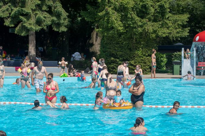 Genieten van het water in het Bosbad van Lunteren tijdens de warme dagen.