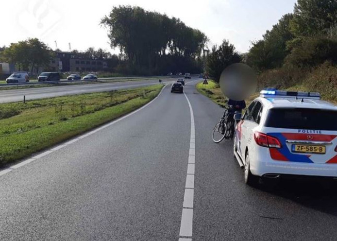 De politie bij de spookfietser op de A325 in Arnhem.