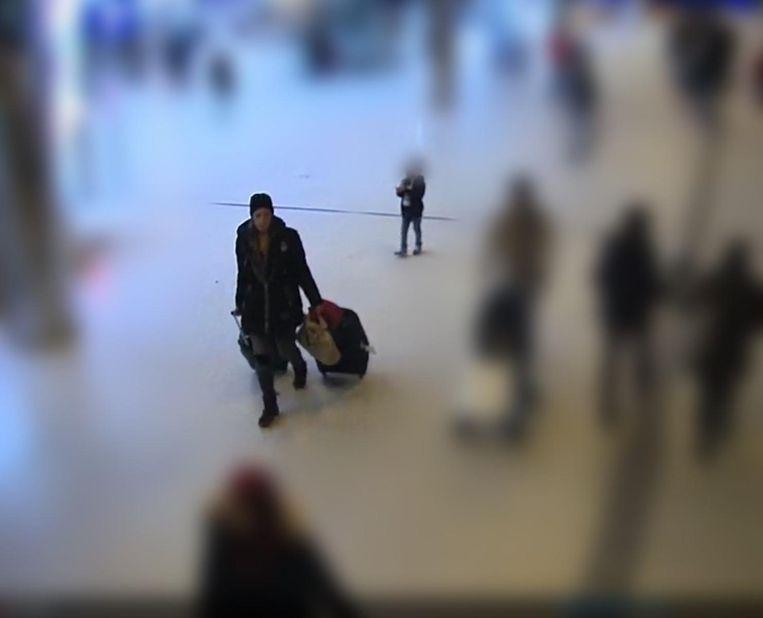 De vrouw draagt twee koffers bij zich. Haar zoontje loopt twee meter achterop. Daarna  verdwijnt zijn moeder en blijft hij alleen achter.