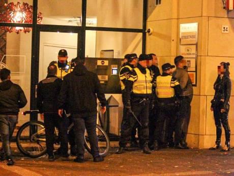 Zeer onrustige uitgaansnacht in Arnhem: veel aanhoudingen, betaalautomaat vernield