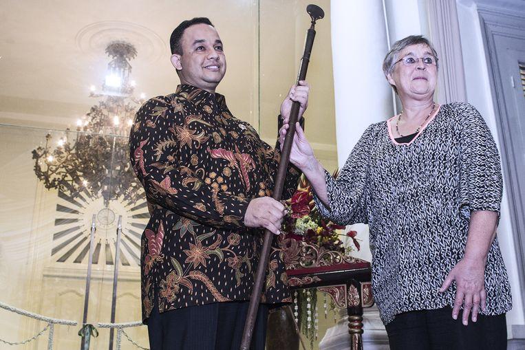 Minister Anies Baswedan en Erica Baud met de staf van Diponegoro in de Nationaal Galerie in Jakarta. Beeld