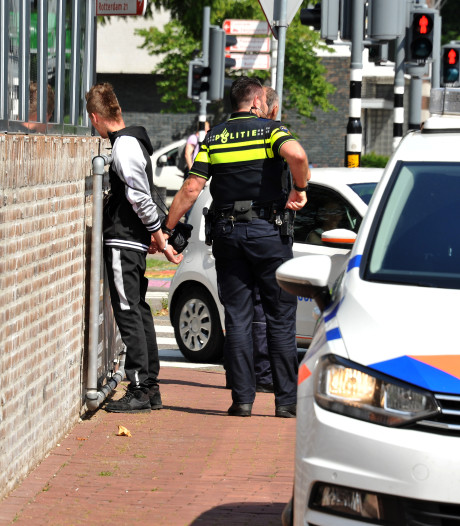 Politiecellen dicht in kleine bureaus; agenten vrezen gezeul met verdachten