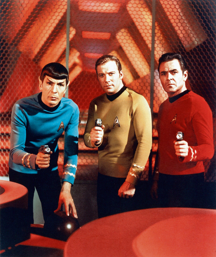 Star Trek, 1969, met van links naar rechts: Leonard Nimoy (Mr. Spock), William Shatner (Captain Kirk) en James Doohan (Scotty).