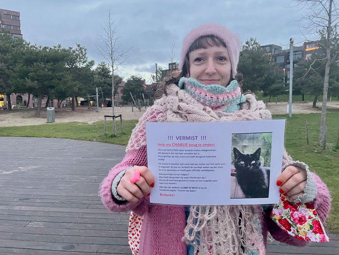 Marie Pauwels met het opsporingsbericht van kat Charlie.