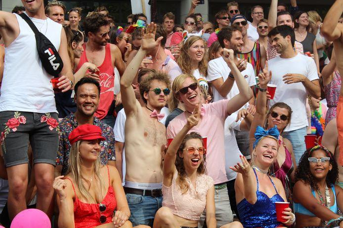 De toeschouwers genieten als de Twenteboot langs komt.
