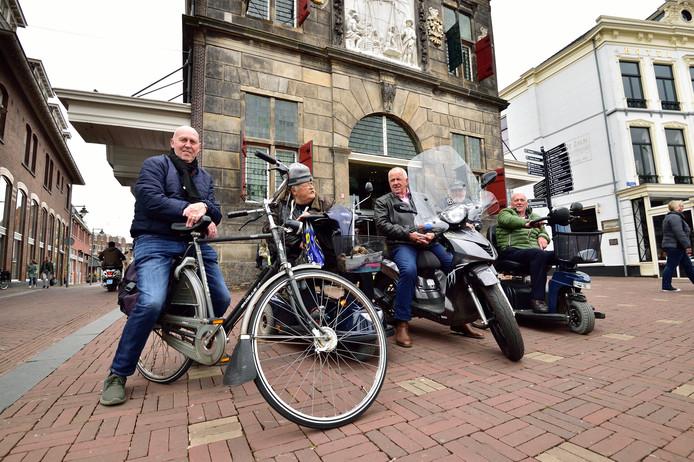 Dagelijks verzamelen zich ouderen voor de Waag om nieuwtjes uit  wisselen. Links Dirk van der Kleijn.