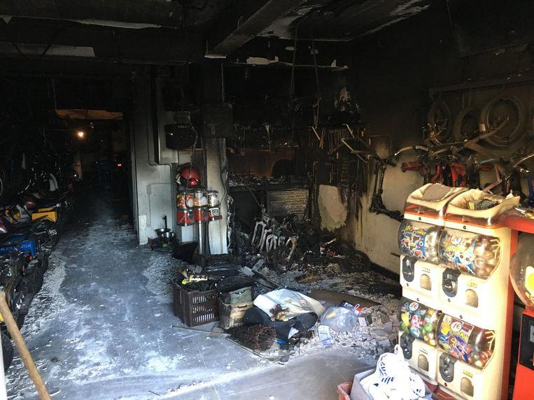 Het voorste deel van de shop op het Rubensplein raakte zwaar beschadigd door de brand.
