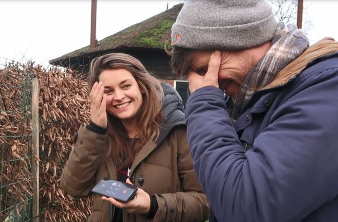 Miljuschka Witzenhausen moet lachen als haar vriend Philip om hulp vraagt met 'tachtig gipsplaten in zijn hand'.