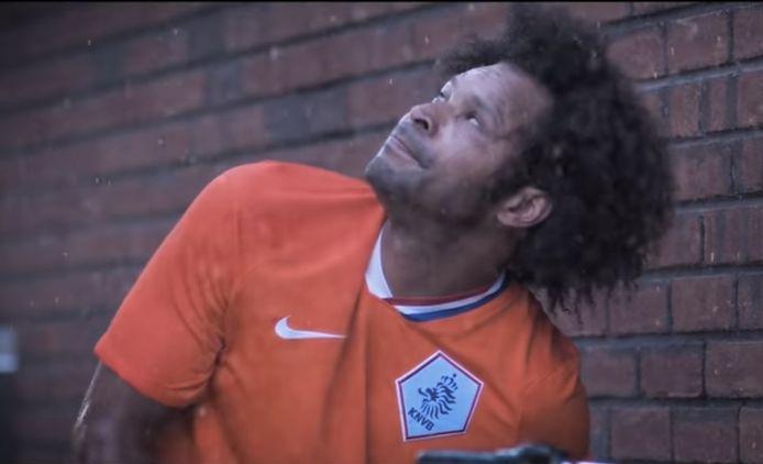 Inmiddels heeft een van de hoofdpersonen in de videoclip een shirt van Nederland aan in plaats van Feyenoord.