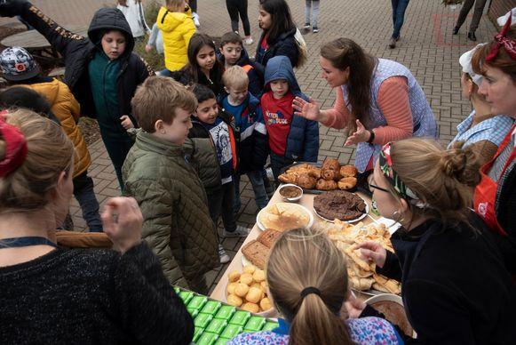 De school had een groot dessertenbuffet laten aanrukken voor het afscheid van poetsvrouw Marleen.