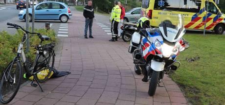 Man schrikt van fietsers en valt met snorscooter in Waalwijk