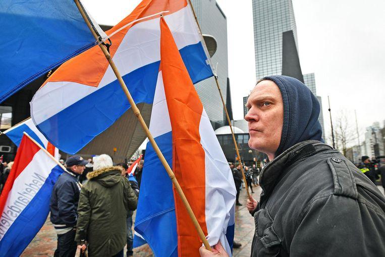 Demonstranten zwaaien zowel met de Nederlandse vlag als de Prinsenvlag Beeld null