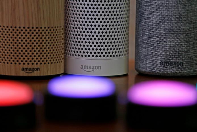 Amazon's Echo speakers die werken met digitale assistent Alexa. Gebruikers kunnen vragen stellen en dan geeft Alexa via de slimme speaker antwoord.