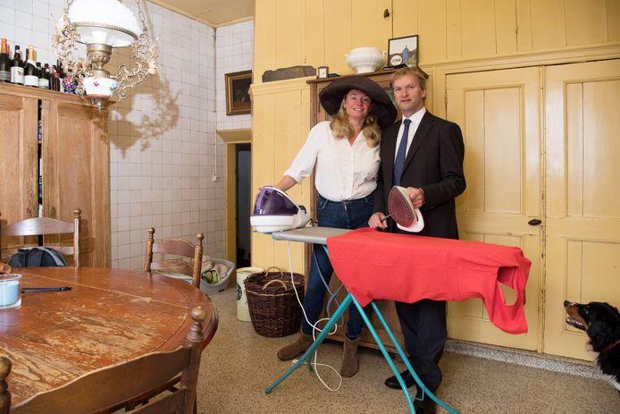 Tweede Kamerlid Maurits von Martels en zijn vrouw Aimée, die zich in 2017 klaarmaken voor hun eerste Prinsjesdag in Den Haag. Hij is naast politicus ook nog in het bezit van een melkveebedrijf. Zijn runt een bed and breakfast.
